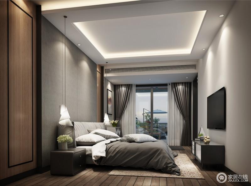 卧室线条整洁,白色矩形吊顶的几何造型因内嵌的灯带,让空间简单却明快;白色的墙面与原木地板构成自然朴素,灰色背景墙在原木板材的衬托中,显出现代利落,并与床头柜承接着对称美学;灰色系的床品与灰色、白色窗帘组合出素静,曲线玻璃吊灯点缀出时尚,让空间看似高冷,却格外舒适。