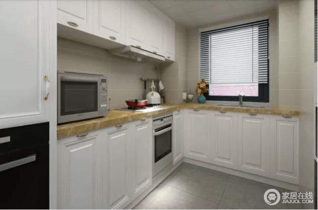 厨房采用了浅灰色的地砖和青灰色的墙面来铺贴空间,让墙面更为利整;白色定制得橱柜搭配土黄色大理石台面,以色彩和谐与材质组合,让厨房利落而实用性至上。