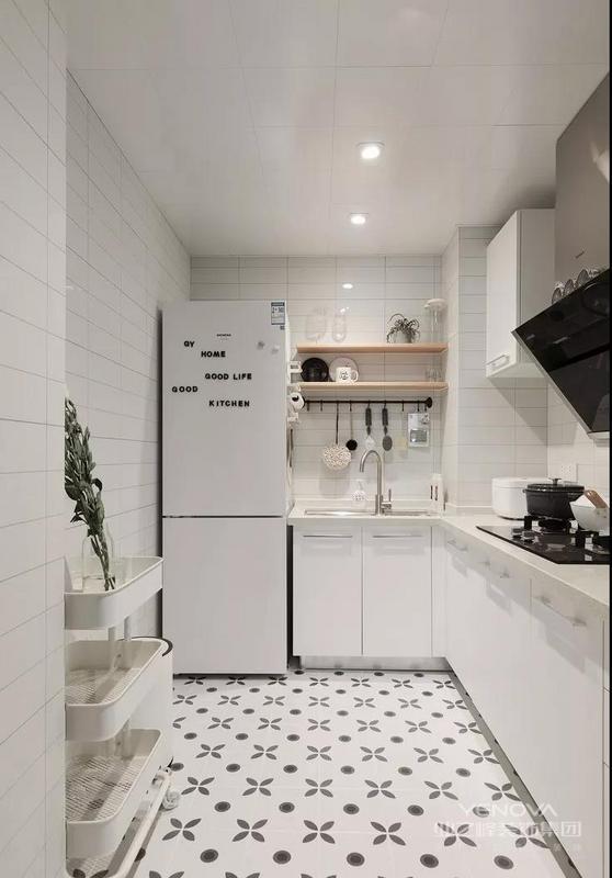 """原始结构这套房子为套二的户型,但是对于独身居住的屋主来说,适当的""""放开""""才是最为合适的,拆除不必要的隔墙,合""""多""""为""""一""""。"""