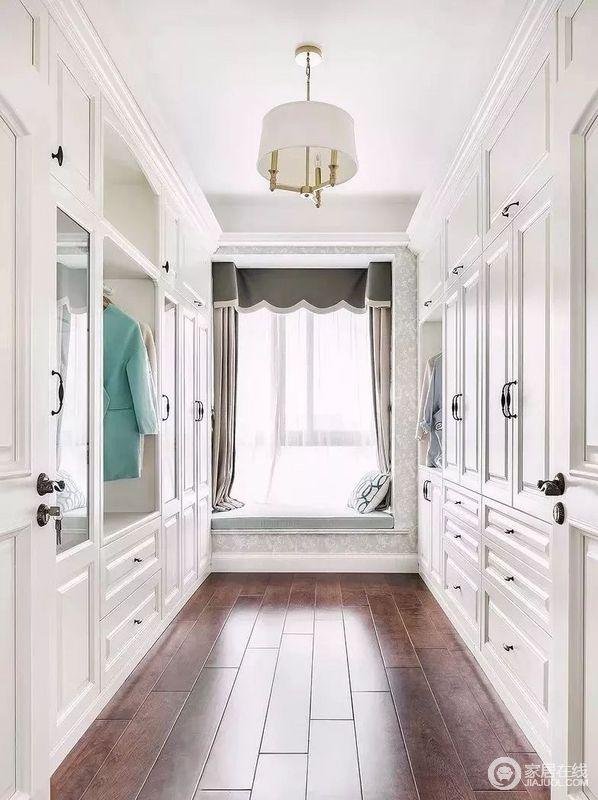 衣帽间定制化的设计,放大了空间的收纳性,以飘窗为主中心,两侧的收纳柜足以满足主人的需求;偏绿色的飘窗搭配灰色窗帘,素静之中,点缀出空间的安适和实用。