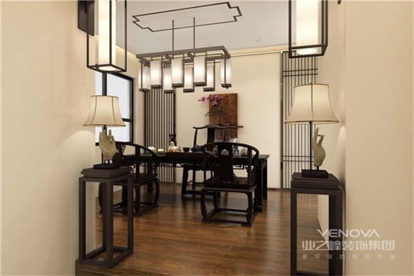 茶室的格调也是充满着古典之味,自带气场的木家具,背景一副立体的梅花挂画,中式的优雅韵味随之即来。