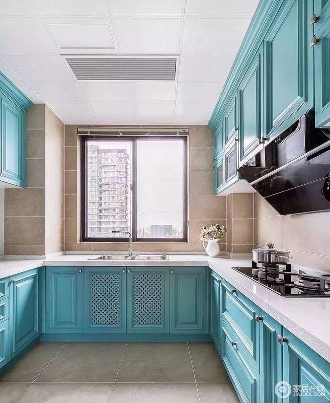 厨房以米驼色的砖石营造仿旧感,让大地的灵气留驻在空间内,给你生活的温润;蓝色橱柜搭配白色台面,提亮了空间的色彩,给人一种生机盎然感,让烹饪时光也成为一种生活的享受。