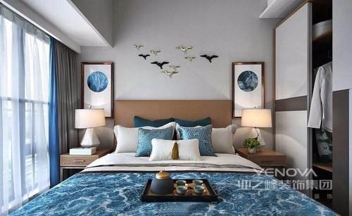 主卧以主人的爱好为灵感,淡雅的蓝色在主人的私密空间中,大面积地使用着,给人岁月静好的感觉。