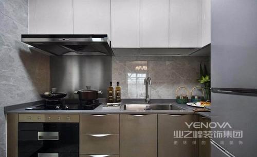 厨房L形布局,充分地利用了整个空间,以驼色为主色调,沉稳大气。