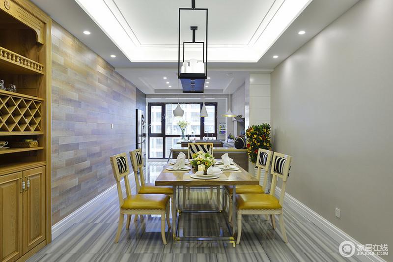 餐厅同开放式的厨房通过吧台划分空间区域,墙面文化砖壁纸与地板理石纹理,营造了视线上的延展。餐桌椅色调与酒柜及客厅沙发形成呼应,使空间在色彩上得到关联。