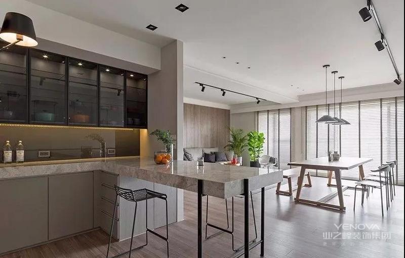 本案例是将老房改造成简约清新的新居,并提升空间的收纳配置,一进门便设计一整面超宽幅的柜体