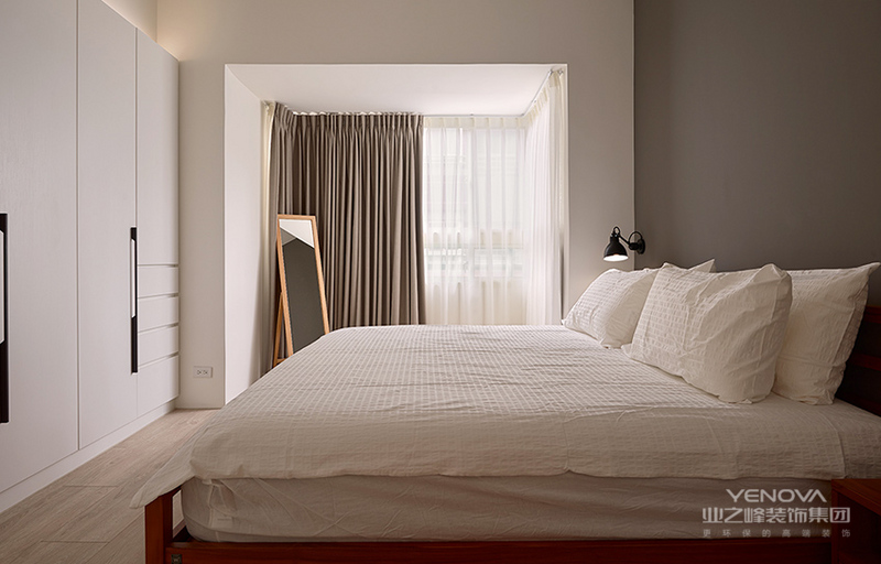 主卧,沉稳质朴的灰色背景墙与简约风情的白色床品相呼应。