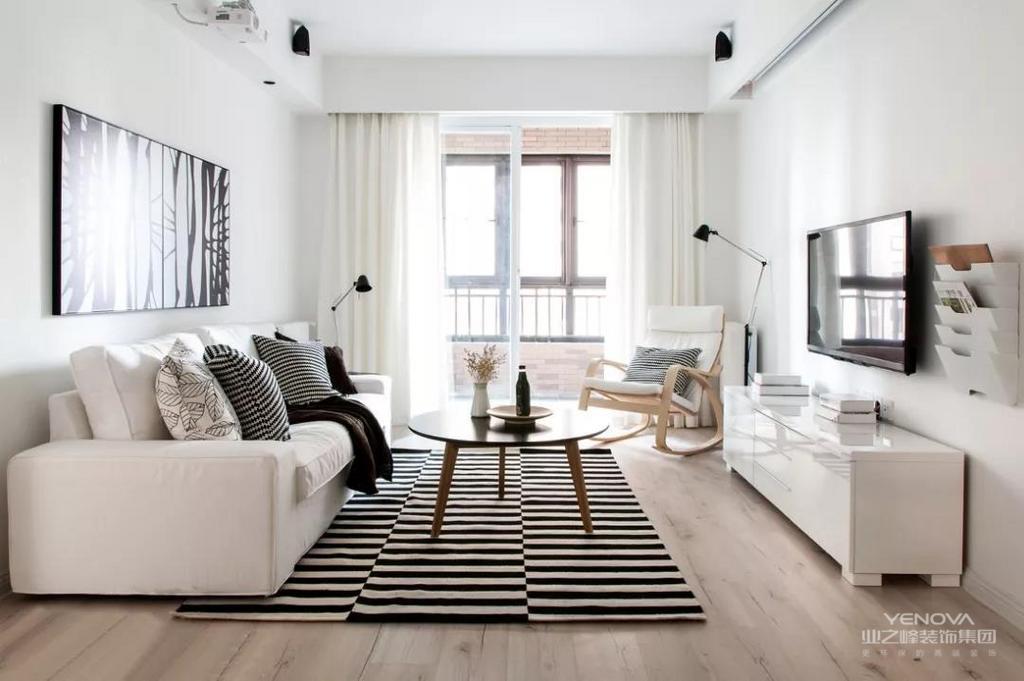 纯白的墙壁,复古气质的原木家具,可以晒到阳光的温馨大床,房间不大不小,两个人住刚刚好,就这样舒适的度过柔软时光。