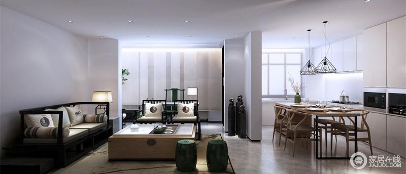 休闲室兼具餐厨的功能,可满足多重的生活需求;以白色定制橱柜来表达现代简洁的生活,黑色吊灯与中式实木家具混搭出时髦;新中式黑檀木沙发以白色靠垫为饰,绿色坐墩为配,庄雅而清幽。