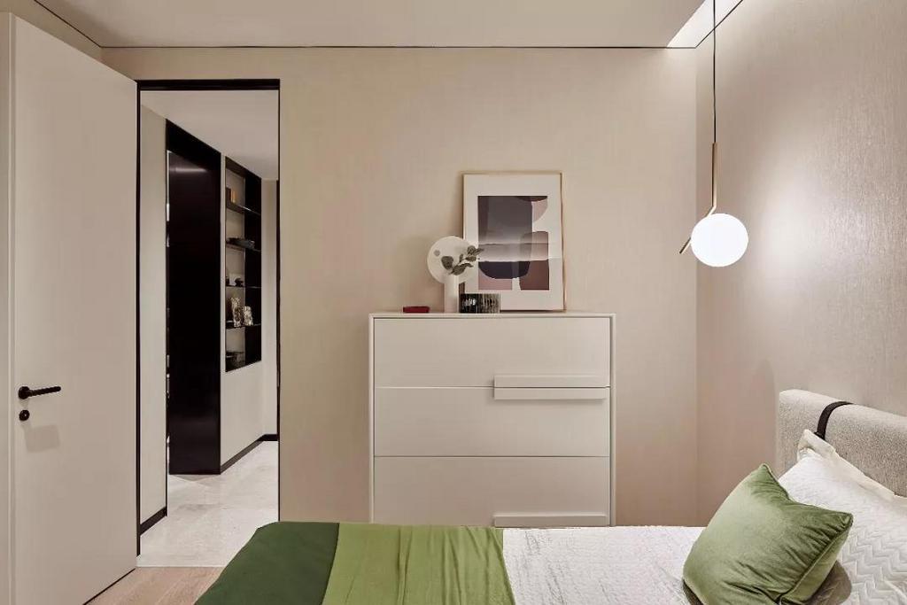 小巧精致的设计,清新谈雅的色调,亮绿色低桌与简约的金色球体吊灯为空间带去一丝俏皮与梦幻,纯白柜体简洁干练的线条设计,与浅色系家具相互搭配协调,呈现孩童的纯真美感。
