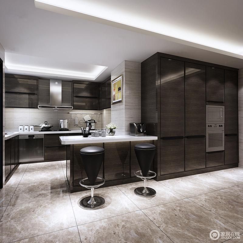 厨房格调时尚,布局合理且功能性强;深褐色的木柜运用在整体橱柜、吧台及收纳柜上,质感光洁典雅;墙面和地面则采用浅米灰和灰褐配搭,空间在强烈的明暗对比下,被演绎的低调奢华有层次。
