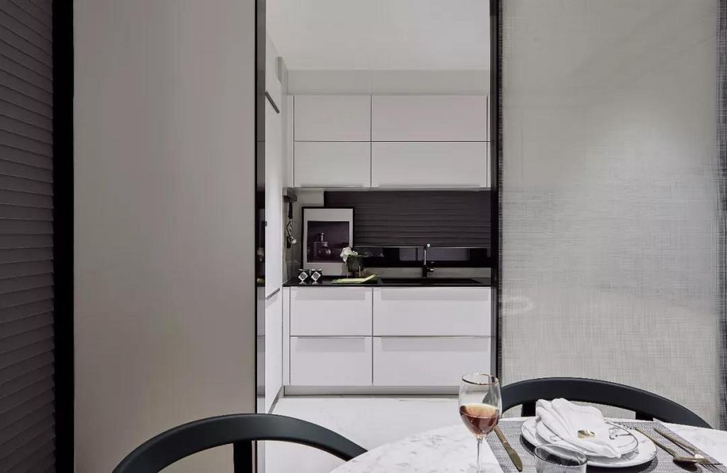 厨房呈现淡雅色调,从形体、材质、纹理、色釉到光泽,精细的质感化繁为简,将生活返璞归真。
