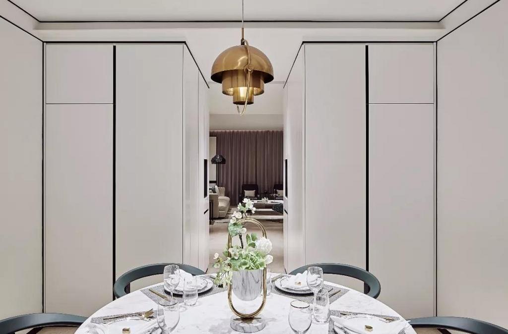 墨绿色餐椅搭配金色定制款吊灯,时尚元素与精致美感的完美结合,天圆地方的呈现方式,体现非同一般的艺术感受,在雅致的白色调空间中营造出简洁安静的用餐体验。