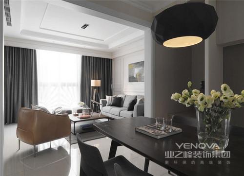 客厅色彩与家具配饰的完美融合,使得整个家充满了温馨感。深色调与素雅的交融既稳重又充满时尚感。