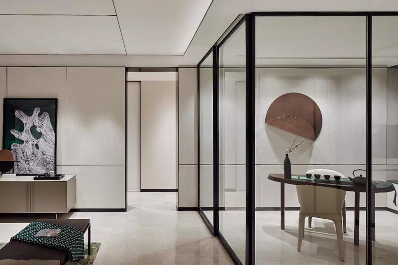 步入正门,多功能区与玄关以通透玻璃为空间隔断,使两个空间内外渗透,素色现代皮具座椅搭配中式茶具,友人来访,沏上一壶浓茶,在明净的空间里慢慢回味。