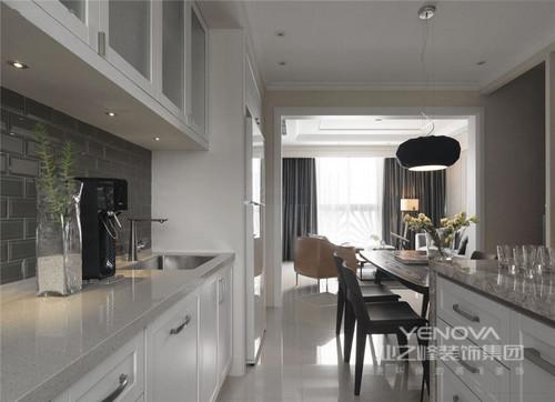 开放式的厨房设计更符合现代生活理念,纯白的色调搭配在视觉上显得更加开阔明亮。