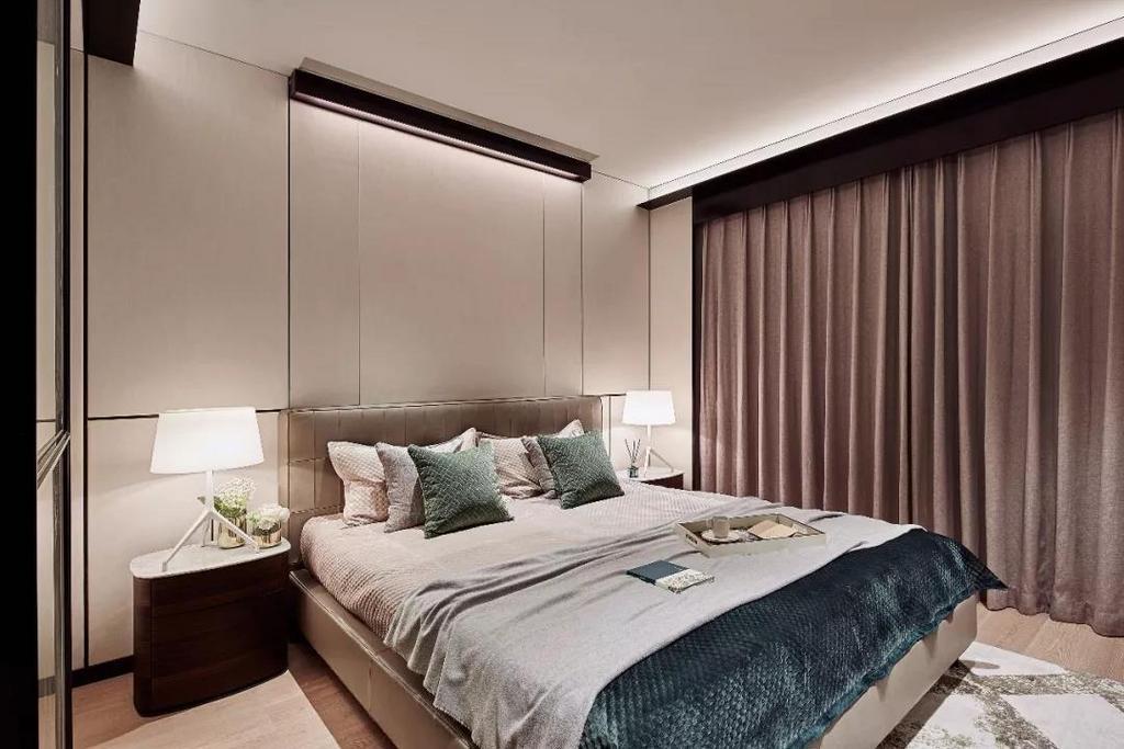 雅质的深墨绿色贯穿主卧,纯白色质感床头灯带来摩登的都市魅力的同时弥漫着淡淡的静谧气韵。