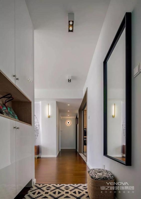 今天推荐的是一套面积为113平的北欧风格三居室,空间的墙面以凝练简约的白色和浅灰色,搭配健康环保的原木色地板、家具,软装上以绿色为主题色, 打造出一个本真、舒适、自然、具有人文关怀的居住空间
