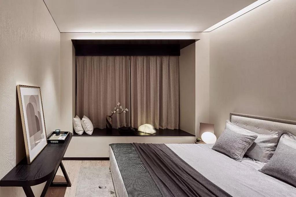 实木材质雕琢着雅致的现代都市生活,塑造令人赞叹的精品格调,漫射灯光扩散至空间中,为空间增添别样的温度。