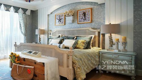 卧室拱形门的背景墙设计强烈的展示了欧式风的特色,圆柱形的台灯床头一边一个,与轻蓝色的实木床头柜表达和谐与对称;灰蓝色壁纸与床品的欧式之韵,带着奢调与清新,营造舒适。