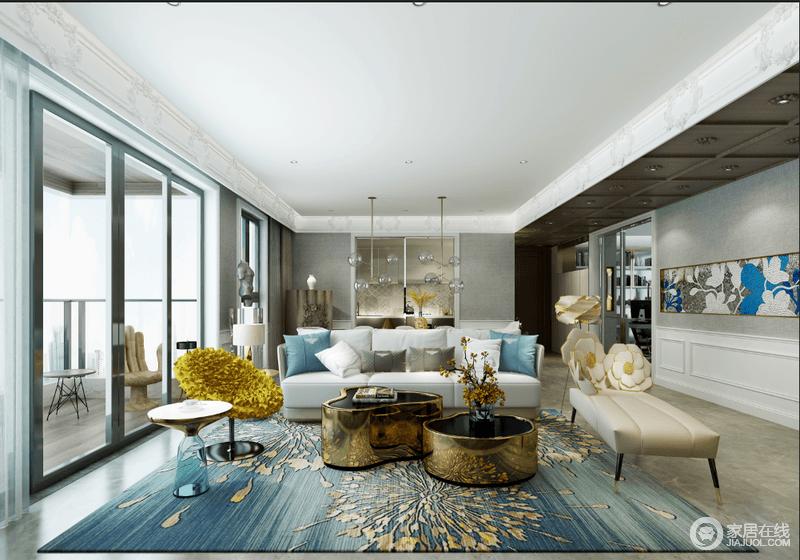 客厅通过玻璃几何门窗与阳台分割,蓝色花卉地毯与白色和米色沙发搭配出和静;黄铜茶几的个性与现代边桌、单椅等组合出大气与时尚,让生活极富品质。