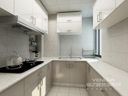 双开门冰箱静静的排放在角落,丝毫不占用空间,长方形的惭怍拉长了空间感,灰色的墙面简单的两幅装饰画就足矣。