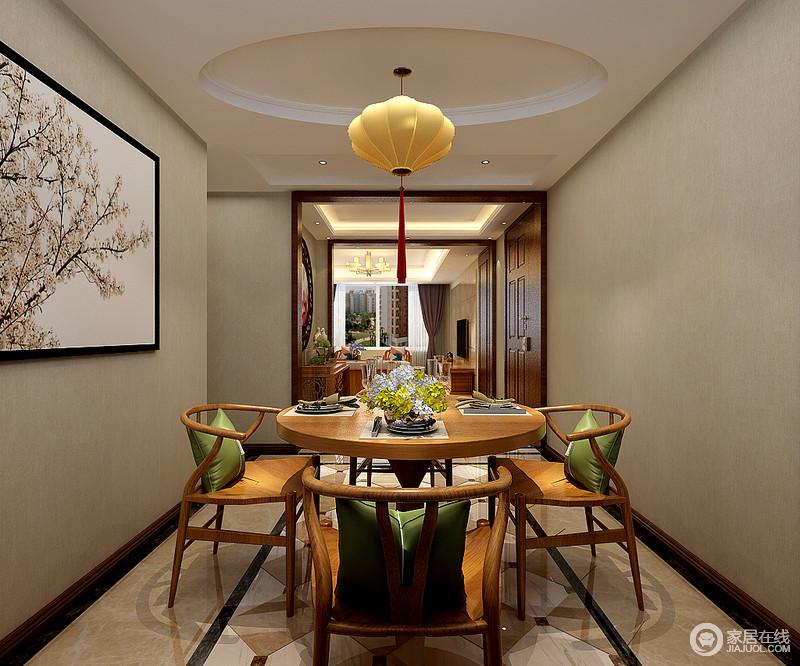 餐厅以驼灰色壁纸来装饰墙面,搭配美化盛开的写意画,素雅之中蕴藏着自然生趣;地砖的中性色因为菱形拼砖多了动律,圆顶之下的新中式吊灯带来一种祥意,与新中式原木家具的简调搭配出暖雅,绿色靠垫更填清新。