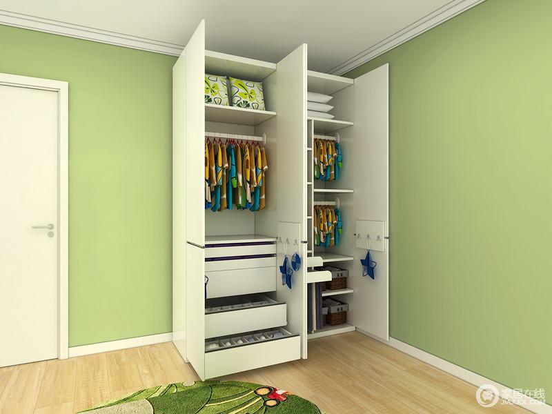 双层挂衣杆可以挂大量的衣服。让整个衣柜空间能得到充分利用!