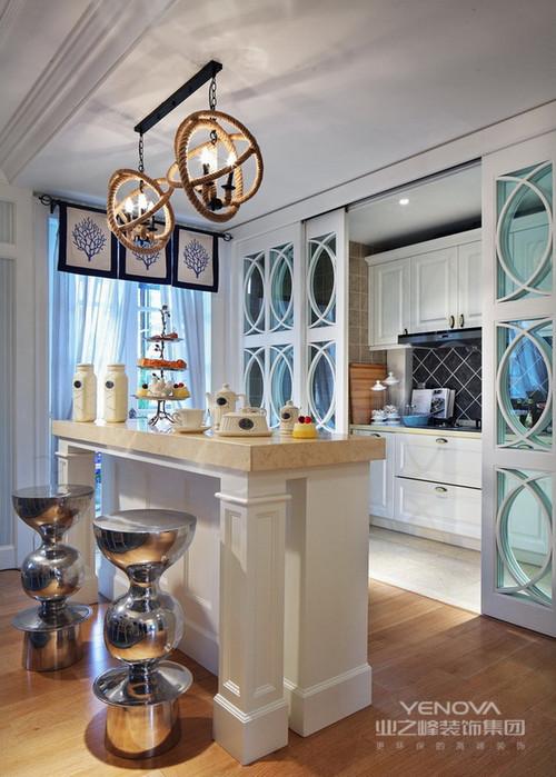 厨房的吧台式设计,将现代化和地中海风情很好地融合在了一起,在家即可开展一场时尚的聚会;吧台与几何隔断以实用为主,让整个厨房与之区分,而银色吧凳给予空间时尚与个性,让空间设计更为得体。