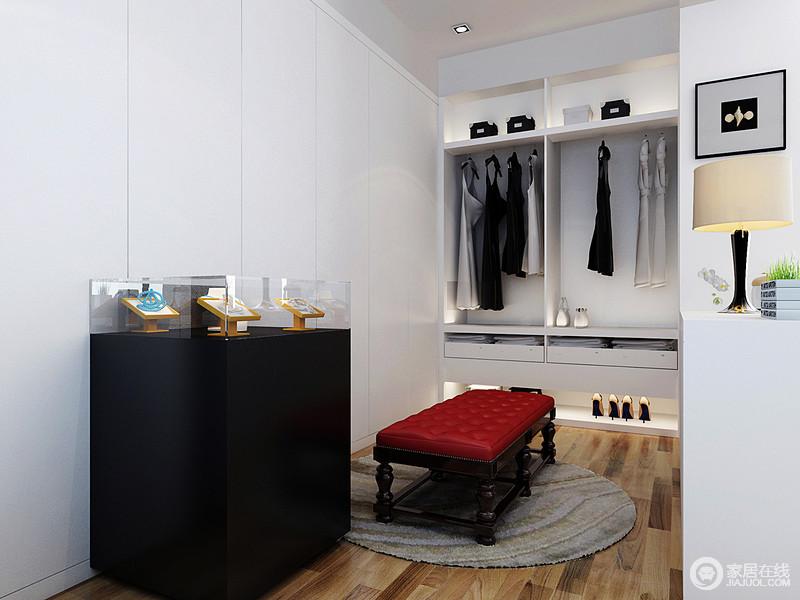 衣帽间位于卧室的一角,既满足收纳,又合理利用了空间,可谓一举两得;白色柜嵌入墙体,规整之余,也让墙面多了几何简洁;衣帽间的收纳设计十分人性,而红色新古典座椅,渲染出时尚和古典优雅。