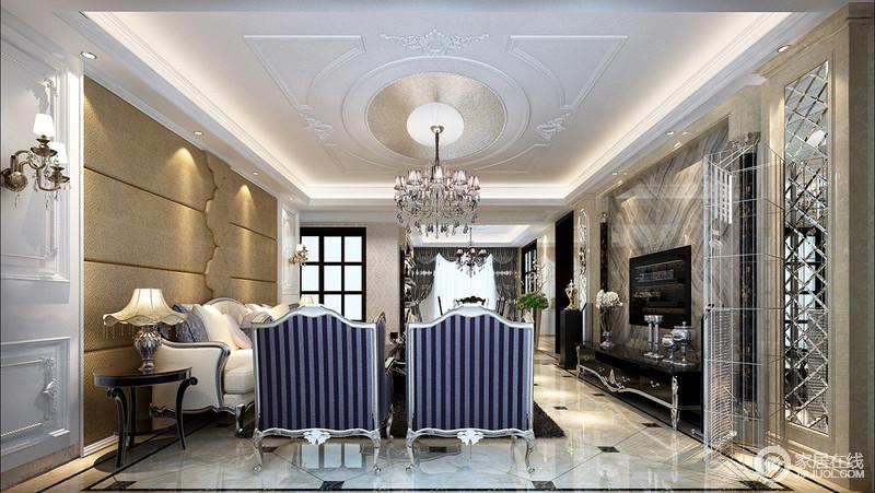 客厅以不同的材质来美化空间,从背景墙的锥形花岗岩到镜面墙,让整个墙面的造型更为复古;米黄色的沙发墙以线条来略去单调,而新古典沙发的金属底座凸显了古典气息和工艺,让你感受到雍容与贵气。