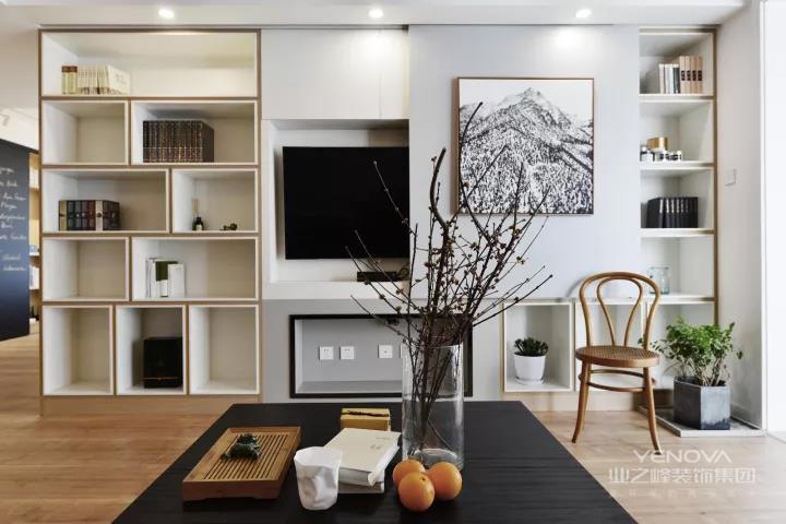简约装修强调功能性设计,线条简约流畅,色彩对比强烈,这是现代风格家具的特点。此外,大量使用钢化玻璃、不锈钢等新型材料作为辅材,也是现代风格家具的常见装饰手法,能给人带来前卫、不受拘束的感觉。