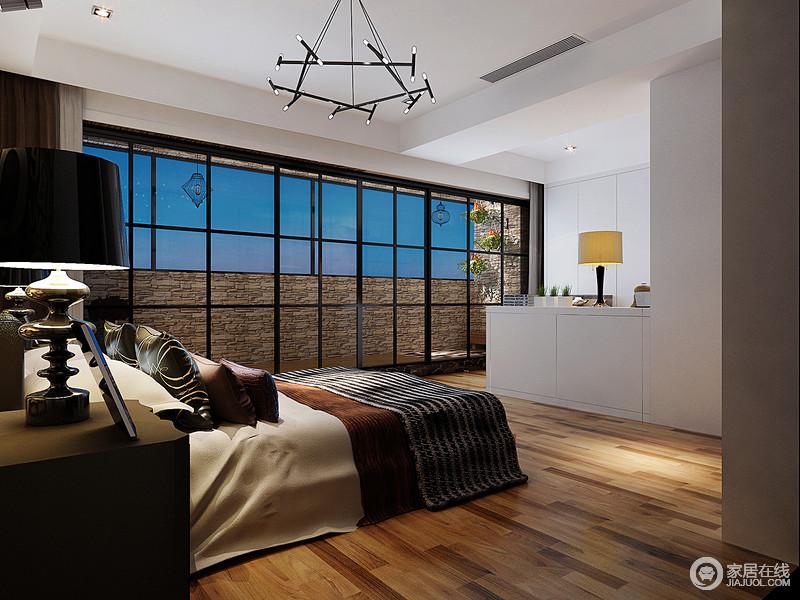 卧室的阳台铺贴了大量的砖石,营造出自然的朴实,无形中让人好想回到自然园景中,享受阳台暖意;玻璃窗的几何设计增加了空间的几何之美,却不影响实木地板阳台的互动,可谓自然与生活紧密相连;白色衣帽区尽显收纳美学,与铁艺吊灯组合出黑白格调。