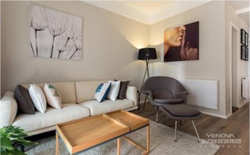 米白色的墙面搭以同色系的沙发,沙发旁边的绿植,给整个空间增添不少生气。挂画、地毯、抱枕等装饰性物件,让家里充满新意。