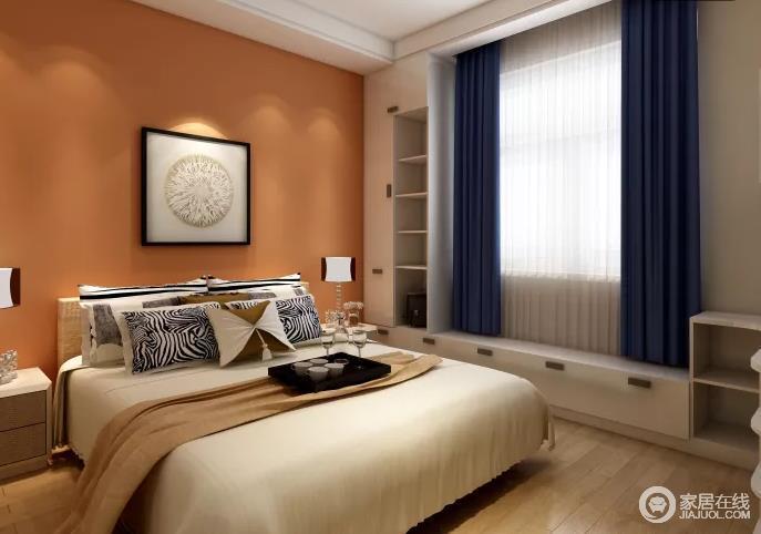 卧室以橙色漆涂刷背景墙,并借一副简画作为点缀,大气而诚意暖暖;深蓝色窗帘与白色纱幔增加了优雅之外,让飘窗处的收纳区更为实用,米白色软品因为花纹靠垫突出纹样的动感,更为温馨。