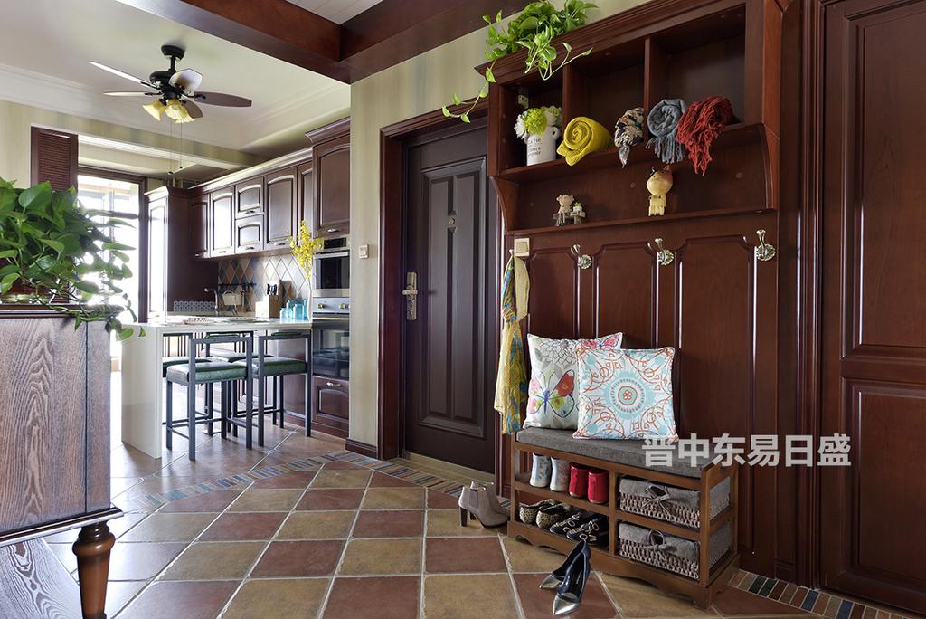 入户一组木质做旧的彩色厅柜为整个室内空间增添了浓浓的随意感,在材质的选择搭配上,主要选用仿古砖、实木门扇、素色棉麻质地的沙发,搭配鲜活的虫鸟图案等,让美式乡村的那种自然、自由之境呼之欲出。
