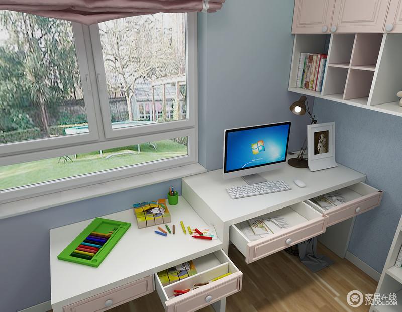 高低书桌设计,同时满足祖孙两人使用,等孩子长大,小书桌也可以充当床头柜使用。合理划分抽屉空间,一目了然。