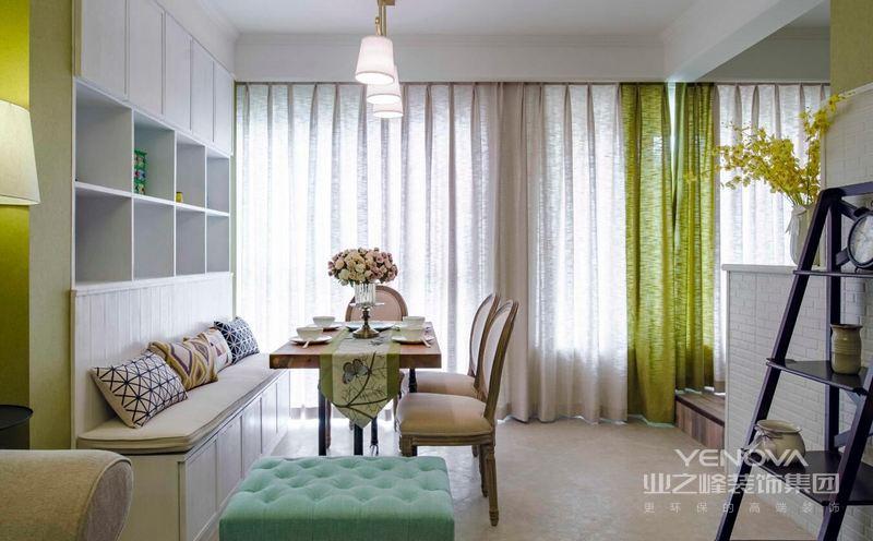 父母喜欢中式的含蓄典雅,而业主本人则欣赏现代的简约和时尚,所以设计师综合考虑,将传统东方元素和现代时尚结合起来,让空间既有沉淀感,又不失生活的温馨。