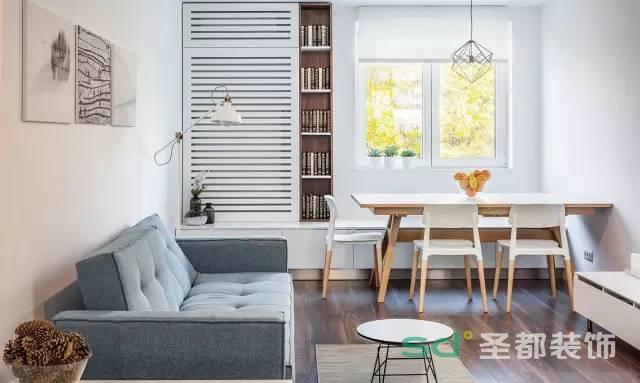 最简单不过的餐厅桌椅,工业风的吊灯很简单,一扇明亮的窗户,微微透着暖暖的感觉。