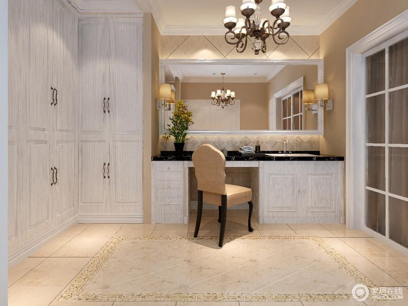 设计师将主卫与衣帽间结合,功能区靠墙而设,中央空出充分的活动区;入墙衣柜利用拐角打造,并与盥洗台形成错落感,材质上则与盥洗柜一致,盥洗台面用黑金花理石配搭,视觉上有着素朴沉稳效果;大面积的浴室镜折射空间,拉展放大了室内。