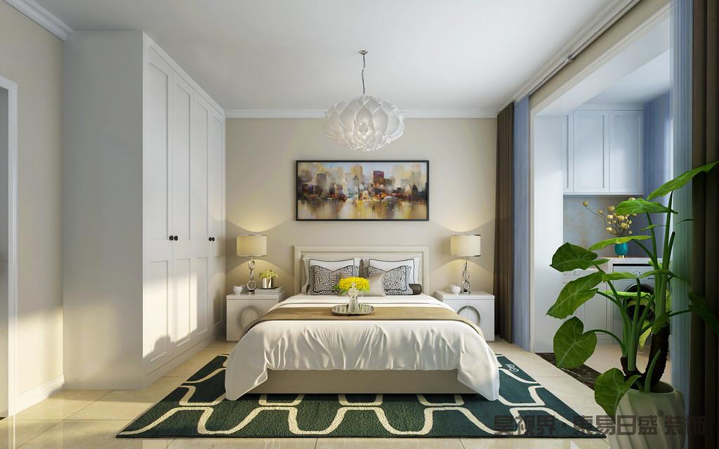 卧室宽大而舒适,米色漆的墙面因为彩色抽象城市画作多了动律,白色床头柜和金属底座的台灯对称之中彰显一种和谐感;白色衣柜满足收纳,而褐色窗帘与之构成色彩层次,白色花卉吊灯与绿色地毯让整个空间变得清新轻柔,格外温馨舒适。