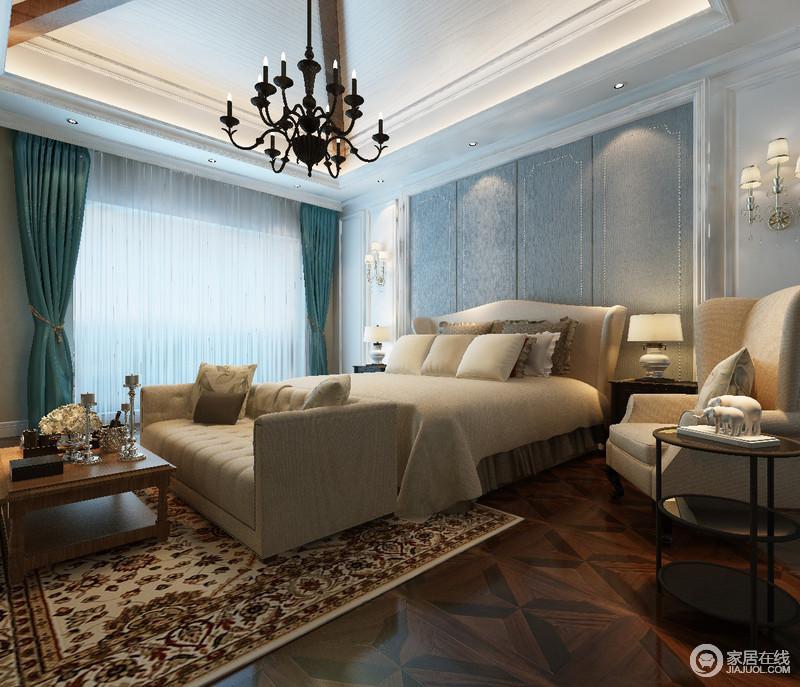 蓝色调的主卧室里,床头条纹软包与窗帘色调形成视觉上的清爽层次;双人床与休闲沙发及座椅色调一致,以温暖的米黄为主,加上地毯上的花纹及地板浓厚成熟的木色,空间有着舒适温情的简雅大方气质。