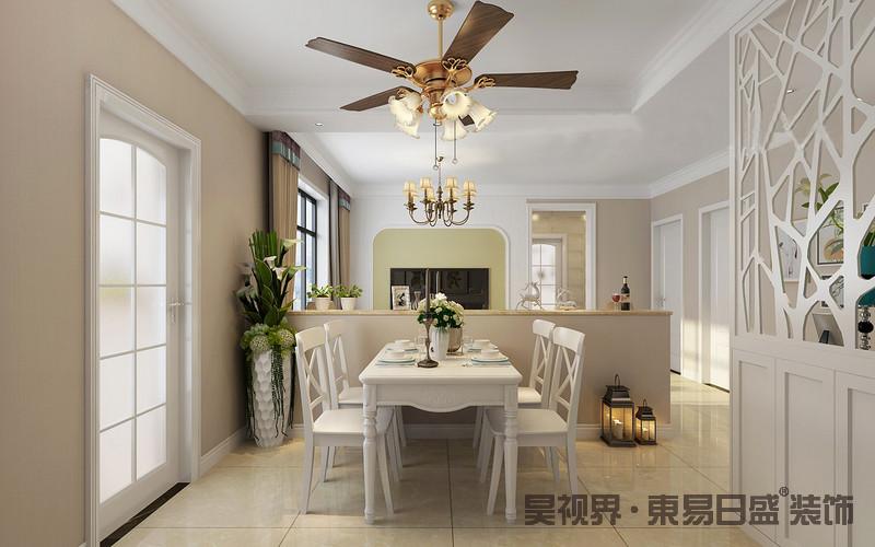餐厅与客厅通过墙体分隔,半截墙的台面作为展陈台,凸显出陈列和实用之美;白色现代美式餐桌餐椅成套组合,尽显考究,并因为镂空屏风而显得格外格局感强烈;两个空间不同的金属吊灯凸显出美式复古,并与驼色窗帘构成朴素中的精致。