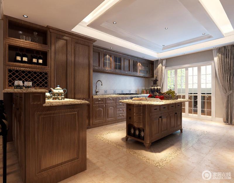 厨房的空间面积较大,显得宽敞明快;设计师以多功能橱柜结合着吧台围合出厨房空间,中央辅以岛台助力,使空间既开阔又得到充分利用;木色的质朴搭配上温馨色调的砖石,厨房被打造的自然拙素,充满惬意的安逸感。