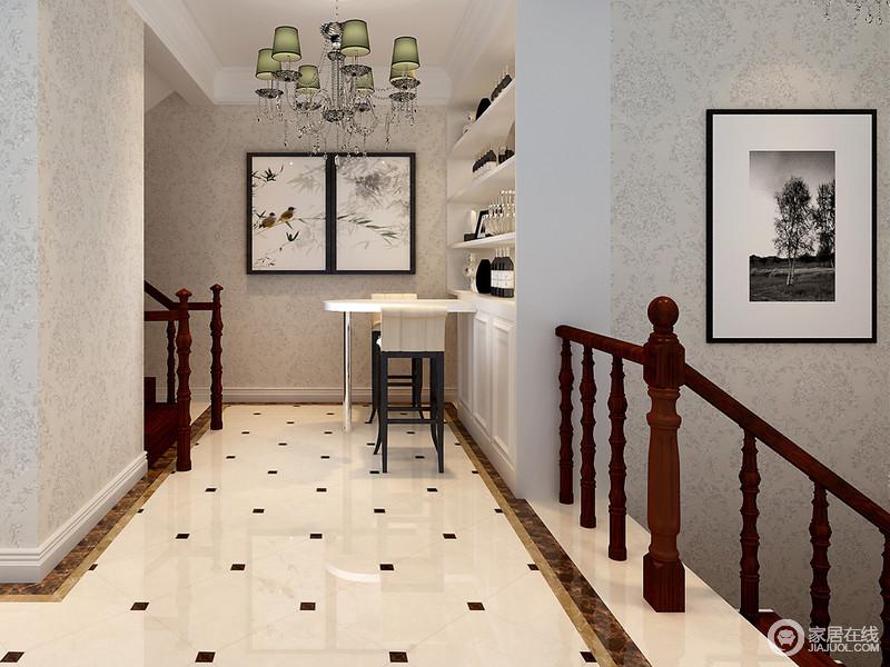 灰色浮华壁纸十分内敛和优雅,红木楼梯古典式的造型更显出艺术的格调;艺术品展示柜嵌入墙体令空间更加规整;绿色欧式吊灯、中式写意鸟景图和新古典家具让小吧台清隽起来,也更显惬意。