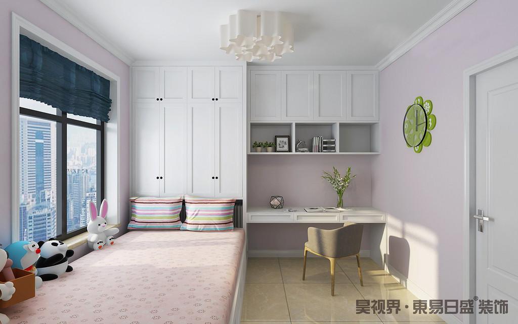 儿童房线条极为简单,粉色漆传递的纯真娇柔,给人一种温柔的气息;白色实木家具和榻榻米床定制化设计让空间在规整之余,凸显出几何立体之美,同时,将实用主义进行到底;粉色床单因为彩色条纹靠垫多了活泼,再加上白色花卉吊灯、绿色闹钟和蓝色窗帘与灰色单椅,让空间多元而饱满。