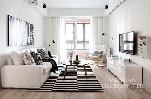 客厅以白色调为主,让人享受留白带来的纯静;原木地板因为黑白条纹地毯多了时髦,与黑白抽象简画演绎纯粹艺术;白色沙发和电视柜,因为圆几和木椅多了实用之雅,让人享受北欧设计带来的不凡质感。