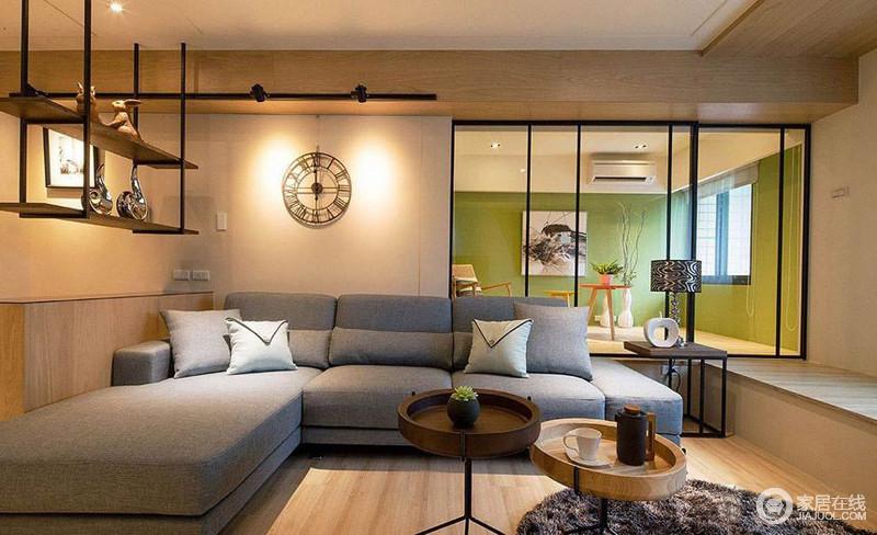 灰色的沙发搭配白色的墙面以及墙面的时钟,肃静淡雅