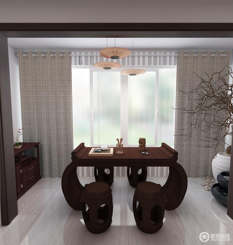 如果您家中阳台有一块小空地,您会怎样利用它?阳台喝茶、下棋、聊天,一扫工作时的压力,享受自己的小世界,所以,设计师干脆将中式圆拱形书桌和木凳放置在阳台,让阳光与文艺气息结合,造就生活的温馨。
