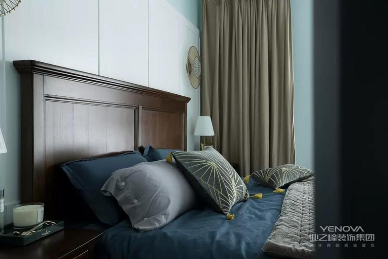 这套135㎡的北欧案例,以亮眼的小清新玄关作为初印象,利用铜色家具、灯具,打造了自然舒适又略带轻奢的功能空间,让北欧风带上了精致感。